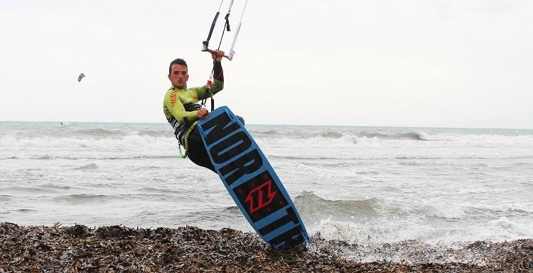 il-kitesurf-nel-tirreno-viaggio-tra-uno-sport-in-forte-ascesa
